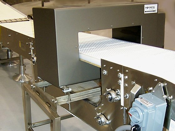 Conveyor belt passes through metal detection unit
